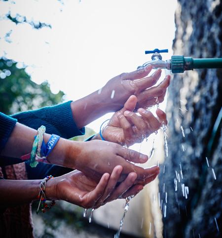 Etudiants-robinets-d'eau-filtree-a-une-ecole-au-Mexique_450